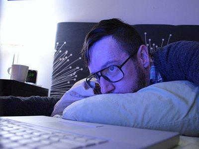 hipster-brooklyn-mac-bedroom-guy
