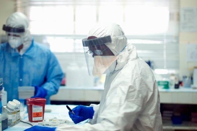 Kämpfen gegen die Verbreitung der gefährlichen Seuche: Labormitarbeiter in einem Spital in Sierra Leone.