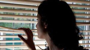 Lettere d'amore e spionaggio col binocolo: denunciato per stalking