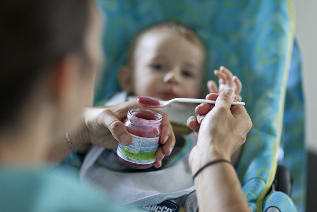Kinderglück aus dem Reagenzglas: In der Schweiz nutzen jährlich Tausende Ehepaare diese Möglichkeit.