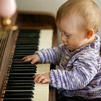 Bébé jouant du piano, 20 avril 2009. Ernst Vikne via Flickr CC License by