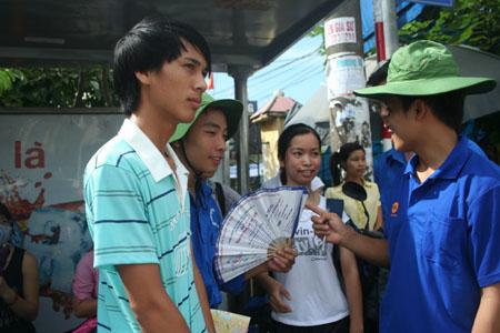 Sinh viên tình nguyện đang hướng dẫn thí sinh dự thi đại học năm 2011 tìm địa điểm thi.