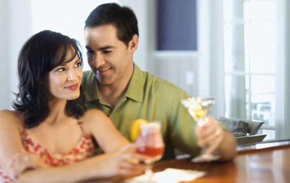 Un couple buvant de l'alcool (SUPERSTOCK/SUPERSTOCK/SIPA).