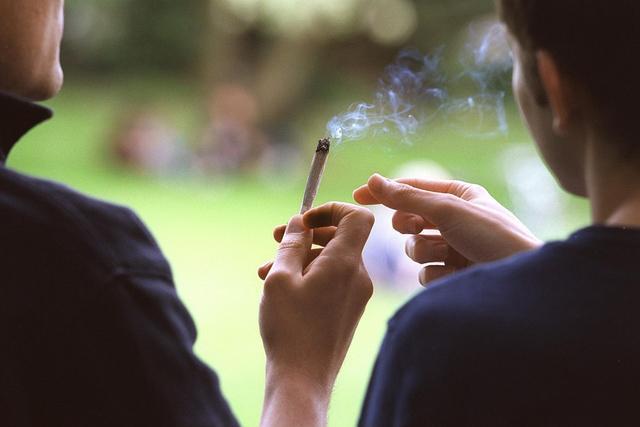Appetitanregende Wirkung: Zwei Marihuanakonsumenten teilen sich einen Joint.