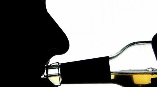 Bei Alkoholproblemen Unterstützung anbieten (Foto)