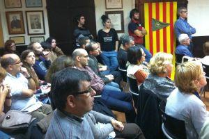 Členové Turistického klubu čtvrti Grácia naslouchají. I oni většinou podporují katalánskou nezávislost.-Foto:David Koubek