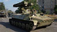 Ein russischer Raketenpanzer rollt durch die von Rebellen kontrollierte Stadt Krasnodon.