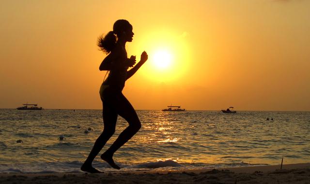 Schön, aber nicht über lange Zeit nötig: Joggen (Läuferin am Strand der Cayman Islands).
