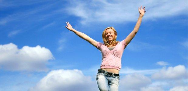 Frau macht Luftsprung